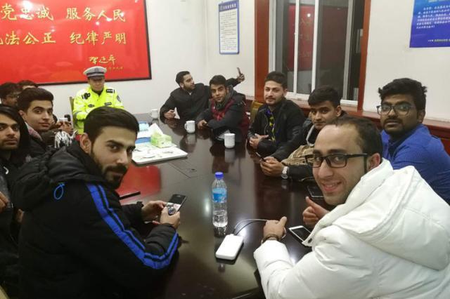 15名留学生被困高速 交警护送回校