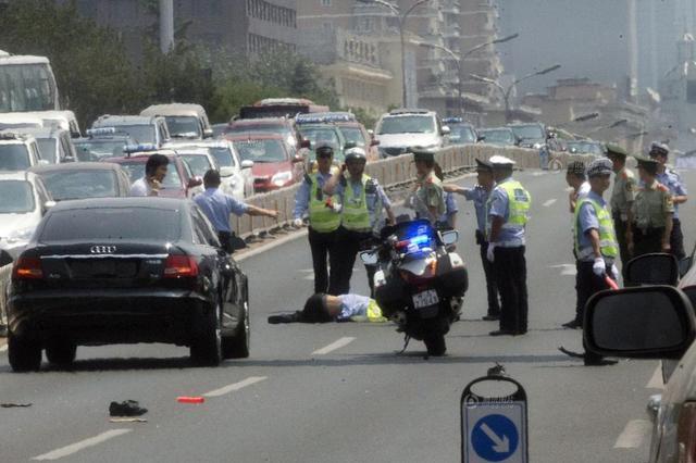沈阳一无牌轿车撞交警逃逸 司机被刑拘