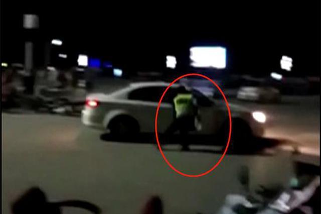 男子酒驾看见交警疯狂倒车逃窜 交警跳入车内制服