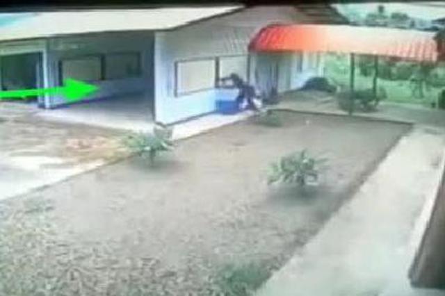 小贼撬开窗户,随后进去,监控有趣一幕