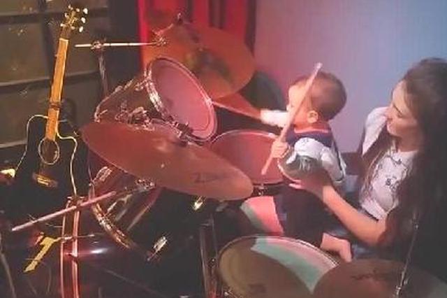 让人惊叹的小鼓手小宝宝 这打鼓技巧简直让人看呆了