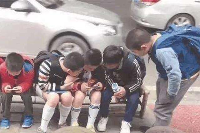 """忧心:被手游""""包围""""的农村中小学生"""