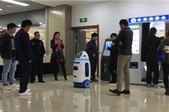 """""""机器人警察""""亮相沈阳提供智能服务"""