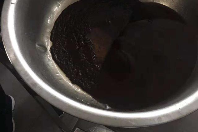 """""""学校食堂出现黑油"""":停止涉事餐饮企业服务"""