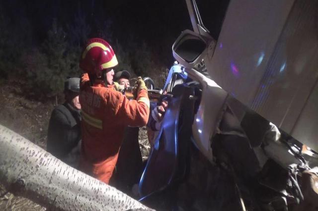 丹东消防紧急救援:车辆侧翻驾驶员被困
