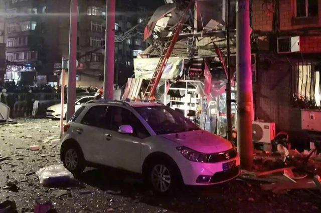 大连居民楼煤气泄漏引发爆炸 9人受伤送医