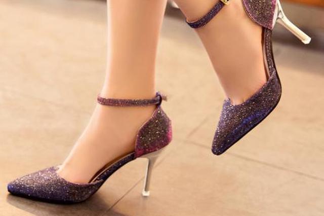女子脚踩15厘米高跟鞋低头玩手机 摔出轻微脑震荡