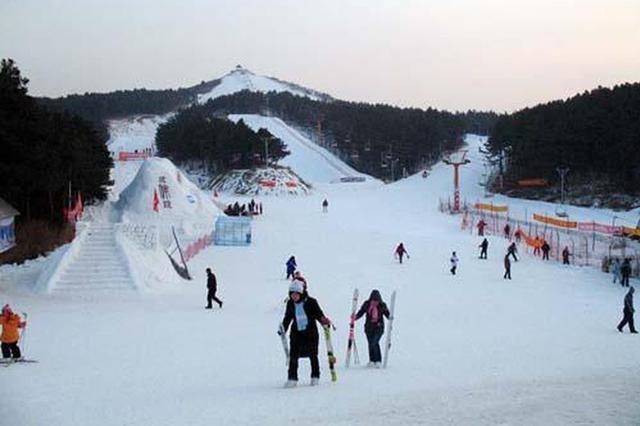 """白清寨雪场举办""""世界雪日暨国际儿童滑雪节""""活动普及冰雪运"""