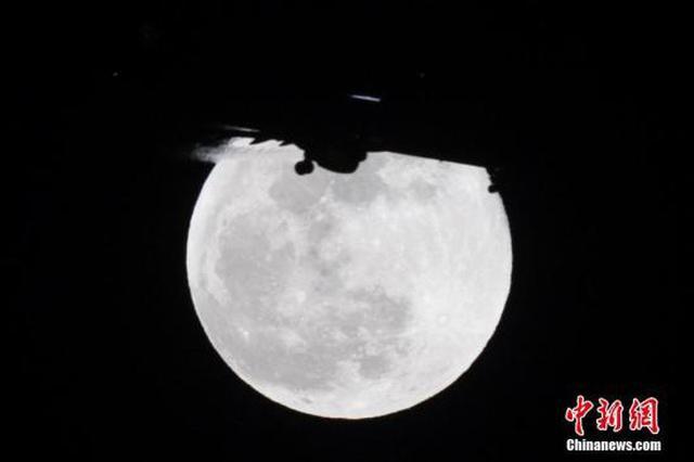 """元宵节遇上""""超级月亮"""" 当日晚23时54分左右""""最圆"""""""