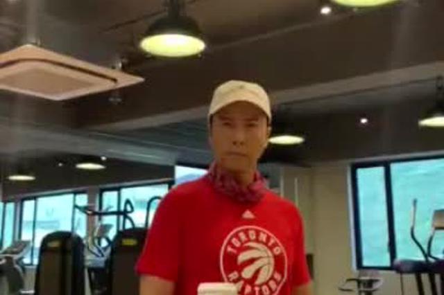 甄子丹蒙眼挑战踢瓶盖