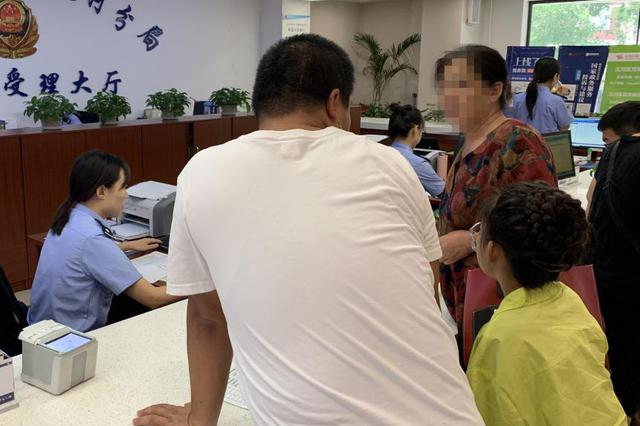 沈阳民警视频连线父母 帮助女孩办理身份证(图)