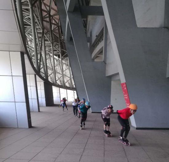 市民在体育场二楼平台玩轮滑。