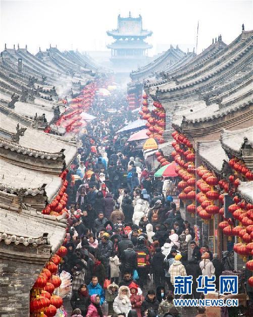 2月10日,游客在山西平遥古城游览参观。新华社发(梁生仁 摄)
