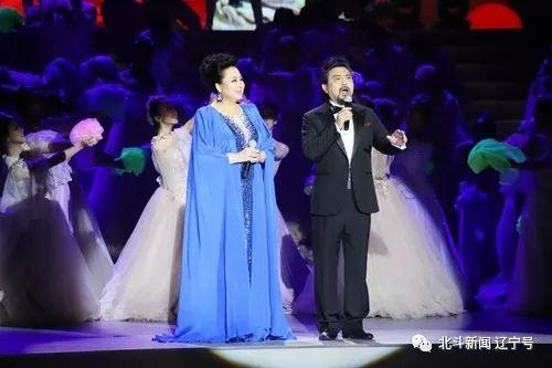 魏松、郑咏演唱《和祖国在一起》