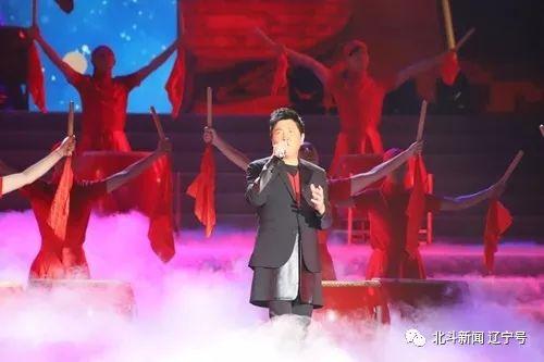 孙楠演唱《红旗飘飘》