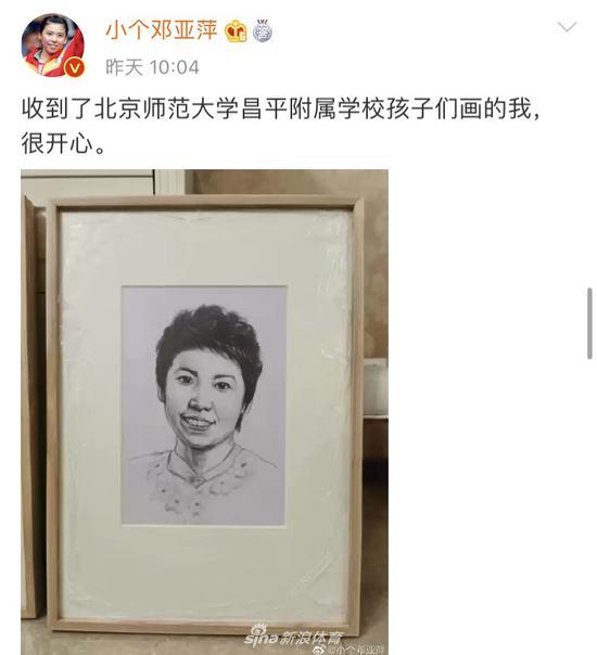孩子们为邓亚萍作画 邓亚萍微博开心晒图
