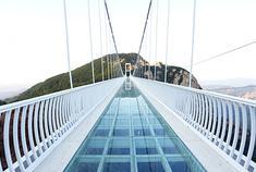 凤凰山开通了国内第二座玻璃悬索桥