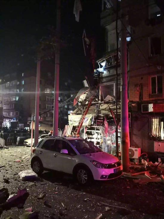 事发居民楼多层住户阳台被炸毁,玻璃窗炸碎一地。