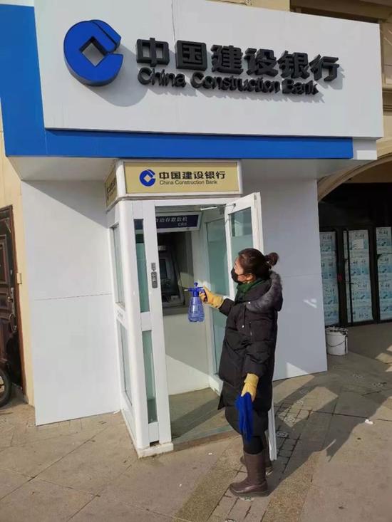 物业人员对自助银行进行消毒处理