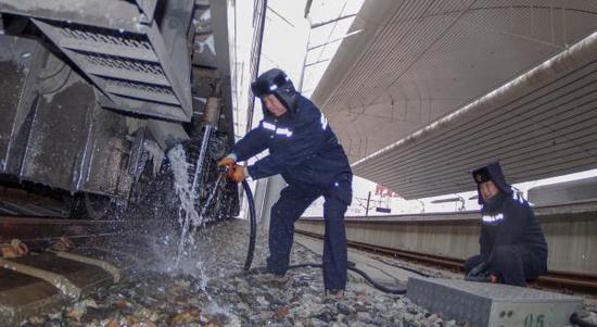 作业人员正在为列车进行上水作业