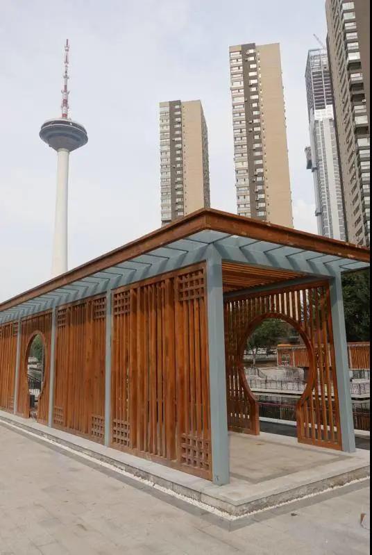 新建的凉亭典雅别致。