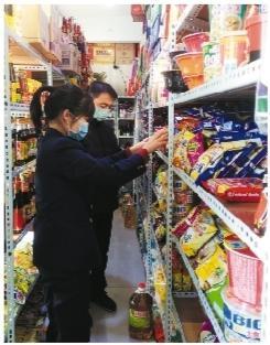 我省市场监管人员在超市检查商品价格。