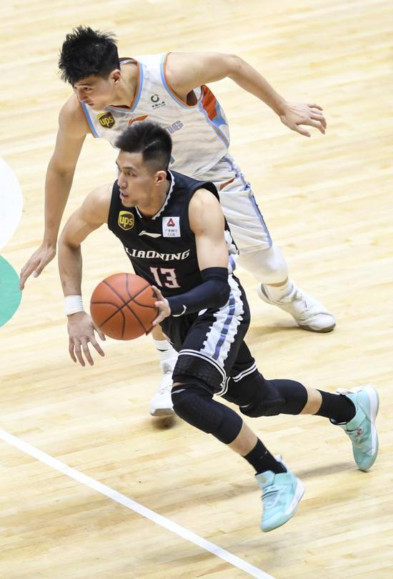 ↑ 4月14日,辽宁本钢队球员郭艾伦(前)在比赛中持球突破。 记者:王菲 胡虎虎