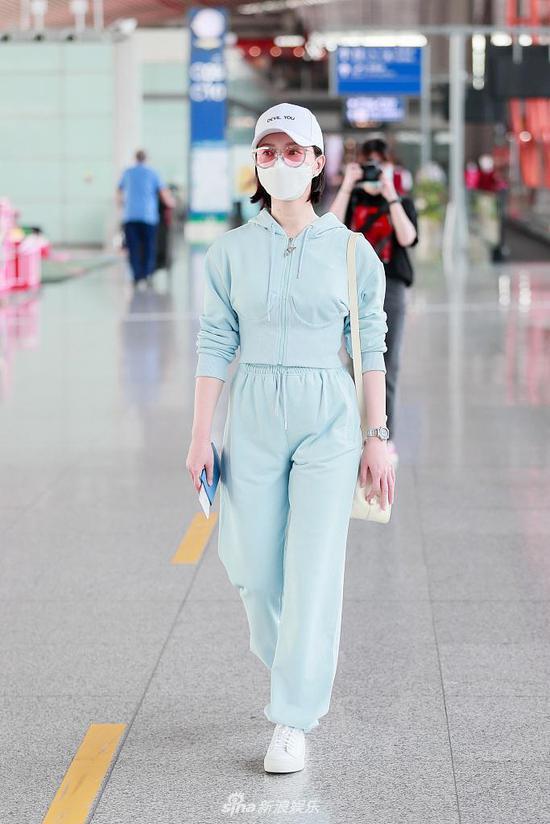43岁陈数穿蓝色运动套装清新减龄 独自赶路气质高级