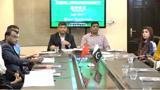 图说:巴基斯坦教育部、卫生部等有关部委领导,学校代表及DEA集团代表等在卡拉奇分会场出席签约仪式