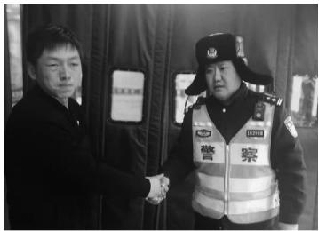婴儿的父亲紧紧握住交警的手许久不放。警方供图