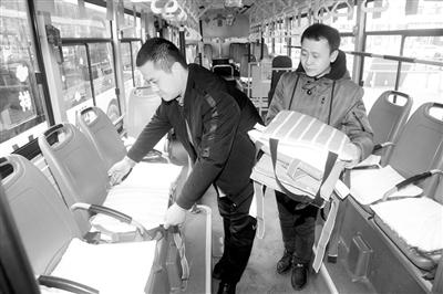 沈阳:600个爱心坐垫铺上公交车