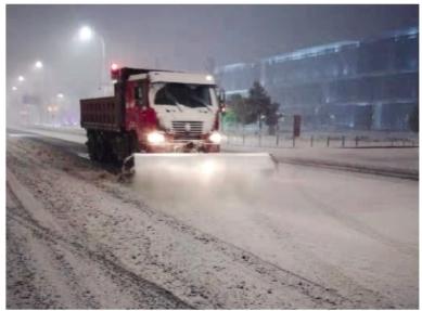 沈阳迎初冬第一场降雪 环卫工人连夜进行清扫