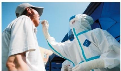 大连市民接受核酸采样检测。