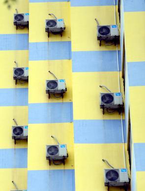 沈阳街头现空调墙建筑