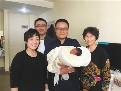 2017年12月,甜甜的奶奶、外婆与刘保君及其同事到广州看望刚出生的甜甜。受访者供图