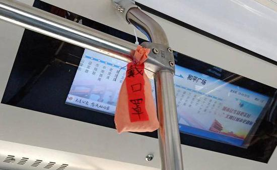 """公交车里挂""""防疫香囊""""!原来是司机一家三口缝制的"""