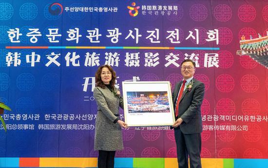 林秉镇总领事向沈阳市浑南区朝鲜族学校赠送照片