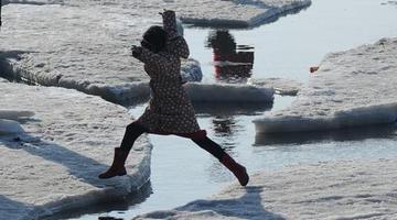 渤海海冰融化 游客嬉笑不亦乐乎