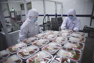 2月6日,X光检测仪对出厂的每一份盒饭进行检查。