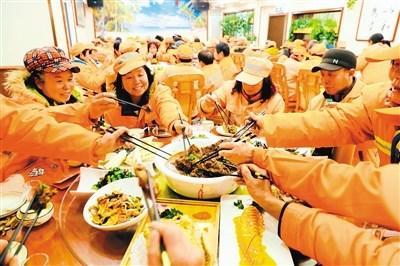 爱心饭店为环卫工人准备了丰盛的食物 记者 李安定 摄