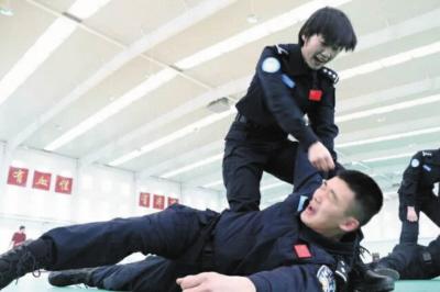 擒敌技能训练、维和女队员英姿飒爽。图受访者提供