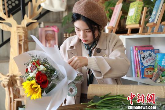 采访中,河海大学学生柳真扬还特意提前去花卉市场采购了最新鲜的鲜花,现场展示了插花的才艺。 薛亦恬 摄