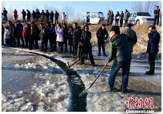 村民清理残冰,维护冰盘。 安会民 摄