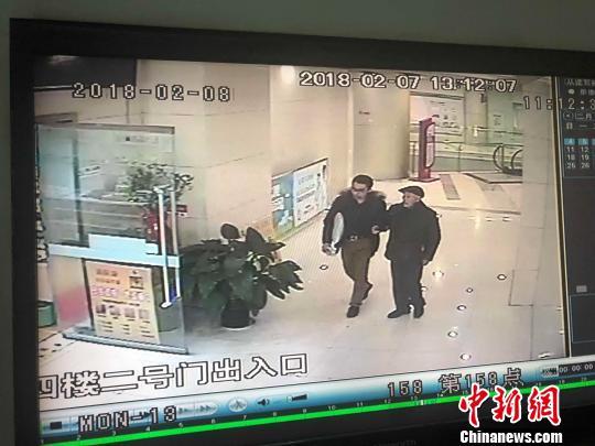 李望远通过当时的抱枕认出了这位救命小伙,录像显示小伙年龄在三十岁左右。 钟欣 摄