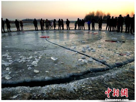 冰盘断裂,其边缘失去了往日的光滑。 安会民 摄