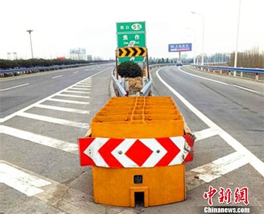 图为河南交警部门在高速上设置的可导向防撞垫。杨军政摄