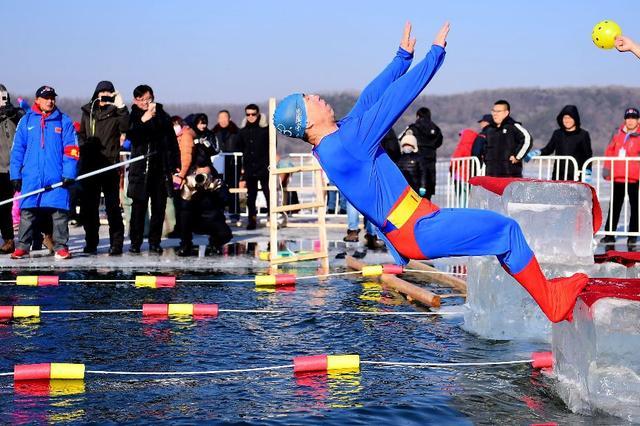 沈阳数百冬泳者比赛迎新年