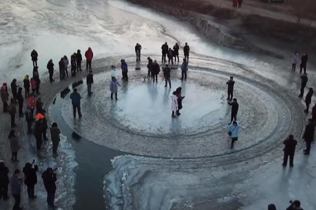 沈阳河面现天然旋转冰盘 在河中匀速自转