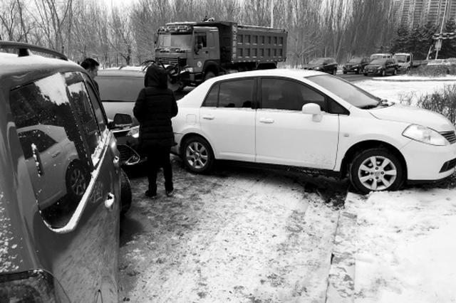 雪天路滑 沈阳一路段一分钟内四车连环相撞