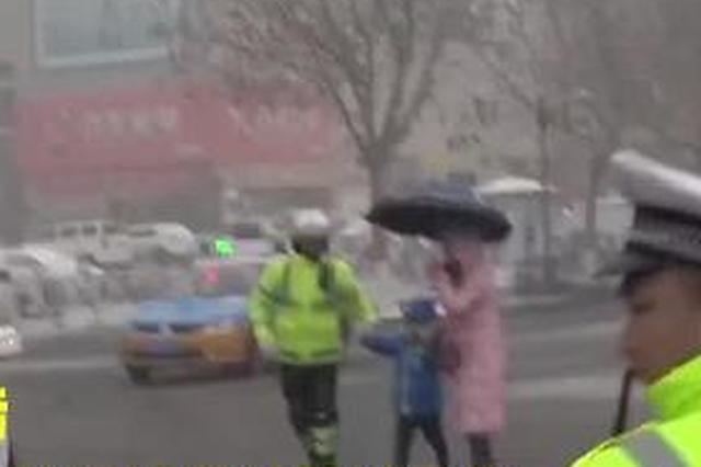 男子带一对母子过马路 男孩敬礼表示感谢